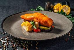 Філе лосося з сезонними овочами (300г)