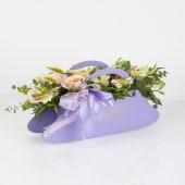 Aranjament mixt cu trandafiri roze ți flori Ivory în cutie poșetă lila