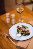 Морський окунь на грилі з броколі та вершковим соусом
