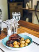Стейк з яловичого язика з картоплею (330г)