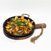 Пательня з картоплею, ковбасками та смаженим м'ясом