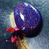 Мус лічі та троянда з малиновим кюлі на мигдалевому бісквіті (110г)