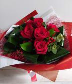 Ramo de 6 rosas rojas (tallo corto)
