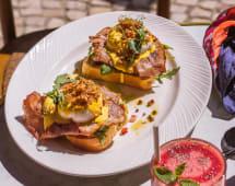 Ovos Benedict Americanos com Bacon e Tomate