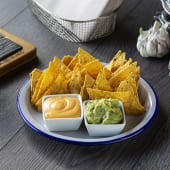 Nachos con guacamole y queso cheddar