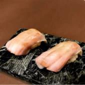 Niguiri de hamachi y shiso verde (2 pzas.)