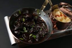 Телячі щічки в червоному вині з картопляно-селеровим пюре (220/150г)