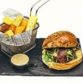 Hamburguesa de ternera y queso provolone a la parrilla
