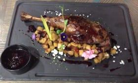 Качина ніжка з яблучним чатні та соусом з копченої журавлини (290г)