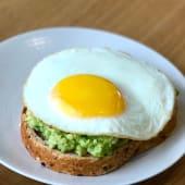 Double avocado toast con salmone affumicato e uovo occhio di bue