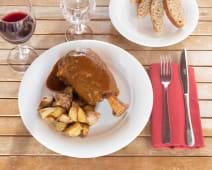 Stinco di maiale al Moscato d'Asti con patate al forno