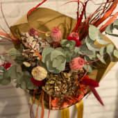Ramo de flores secas en tonos rojizos