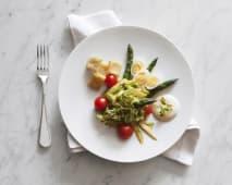 Insalata di asparagi alle tre cotture con uova di quaglia e panissa