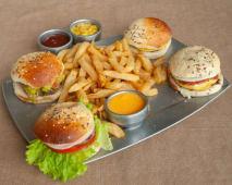 Tabla burger (4 mini hamburguesas + papas fritas)