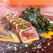 Tataki de atún con chips de kale