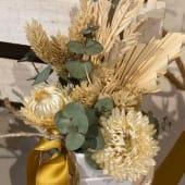 Cajita de flores secas en tonos ocres