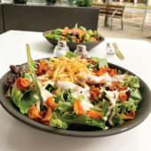 Ensalada de crujientes y langostinos con salsa de marisco