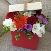 Cutie cu capac cu un aranjament floral