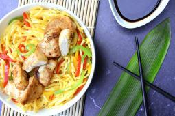 Yakisoba de pollo