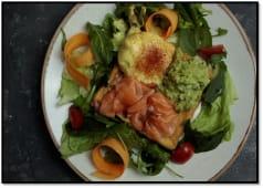 Гренка с лососем, авокадо и яйцом пашот (180г)