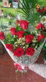 Ramo de 12 Rosas Rojas con paniculatas blancas y en papel estilo red