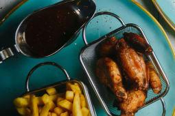 Куриные крылья баффало с картофелем фри