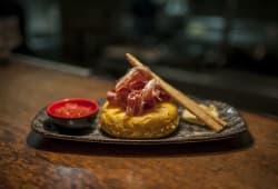 Pincho de tortilla de patata con jamón ibérico