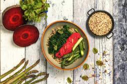 Bowl vegana di quinoa con asparagi, spinaci, hummus di barbabietola