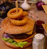 Cheeseburger de vita cu cartofi prajiti