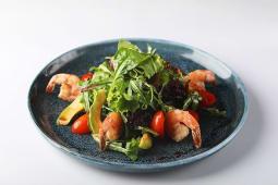 Салат с тигровыми креветками и авокадо с бальзамическим соусом