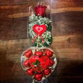 Rosa roja preservada (55 cm.) + caja de bombones