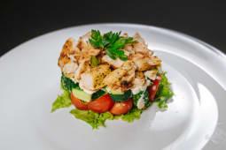Salată stratificată cu pui