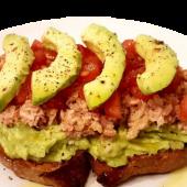 Tosta de pan con aguacate, atún y tomate