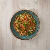 Fideos de trigo salteados con salsa de soja y verduritas
