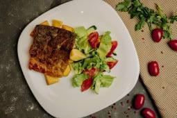 Обжаренная форель с картофелем и свежим салатом (350г)