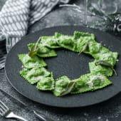 Ravioli verzi cu ricotta si spanac in unt si salvie