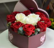 Cutie inima cu 11 trandafiri alb-rosii