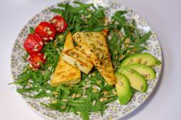 Tofu pe grătar cu salată și mix semințe