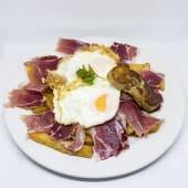 Huevos rotos con jamón ibérico y foie