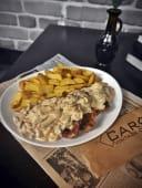 Ceafa de porc cu sos de ciuperci brune si cartofi wedges