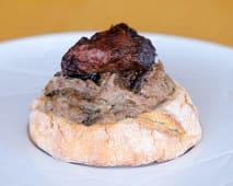 Migas de Vitela com Cogumelos Frescos no Pão Rustico