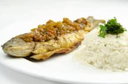 შემწვარი კალმახი ადგილზე დამზადებულ სოუსთან და თეთრ ბრინჯთან