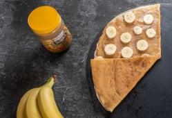 Млинець з арахісовою пастою та бананом