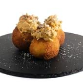 Papa amarilla rellena de queso Gouda al panko con ají de gallina