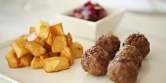 Chiftelute + cartofi prajiti + salata de sfecla
