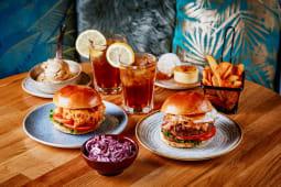 Menú Doble: 2 hamburguesas a elegir, 2 postres y 2 bebidas