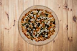 26. Mozarela Fresca, Tomate, Pesto, Pimentos e Azeitonas  (26,5cm)