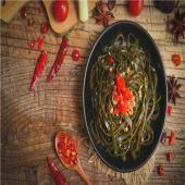 Algas y brote de sojas con salsa de sésamo (ensalada)