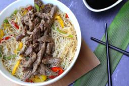 Wok de fideos de arroz y lomo