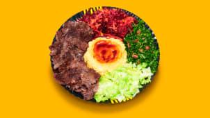 Kebab de vită cu hummus si salate la farfurie
